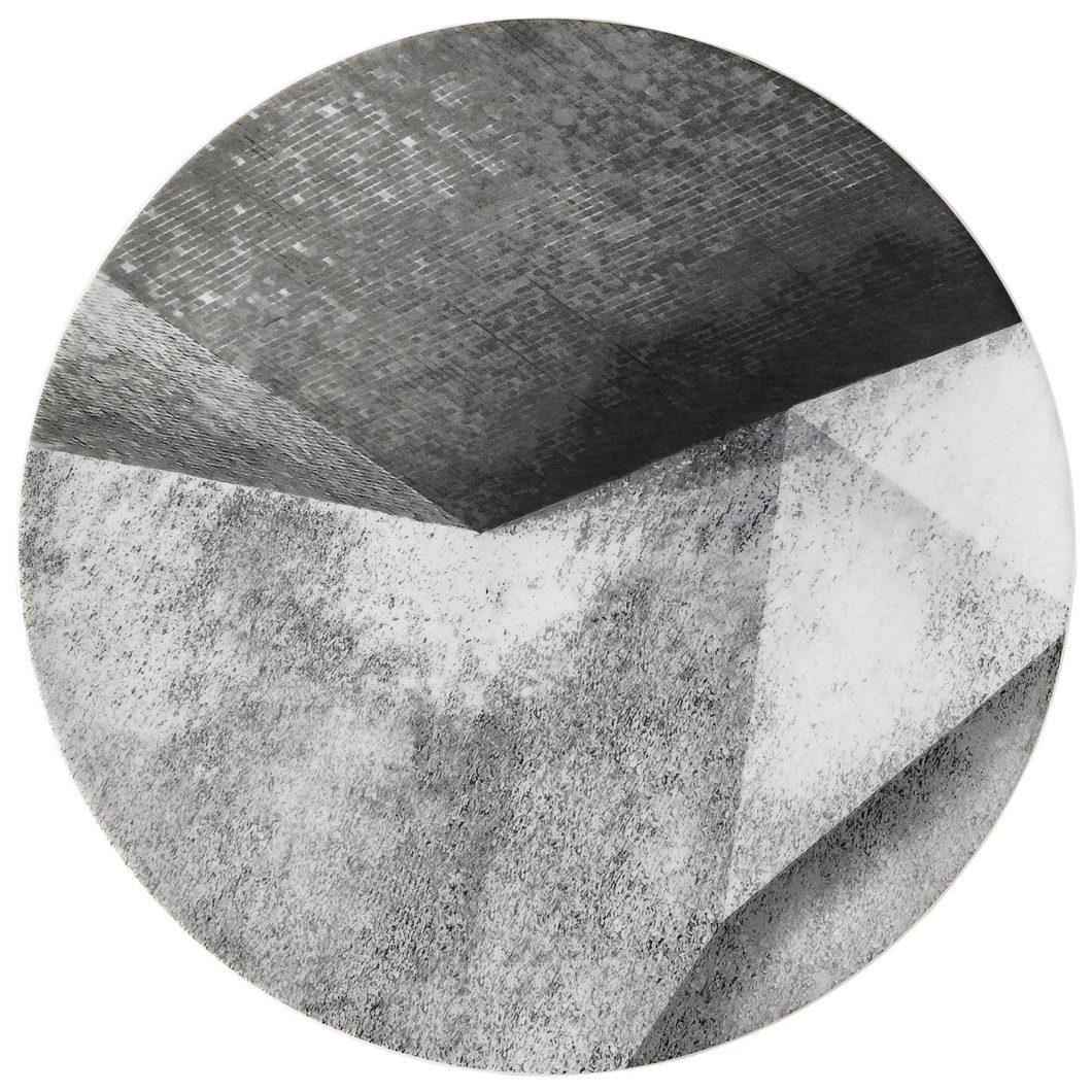 """""""Stripes 2.0"""" von Rosenthal ist eine Hommage an die geometrischen Formen des Bauhaus-Stil und dessen Vorliebe für Beton. In diesem Muster sind ikonische Teller erhältlich. (Foto: Rosenthal)"""