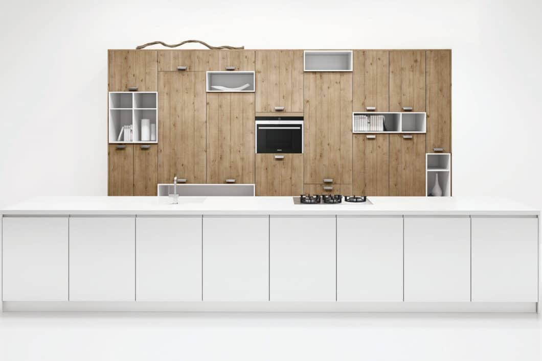Weiße Küchen können puristisch erscheinen, in der richtigen Kombination aber durchaus auch rustikal in Szene gesetzt werden. Modell: Melody Zerox. (Foto: Rotpunkt)