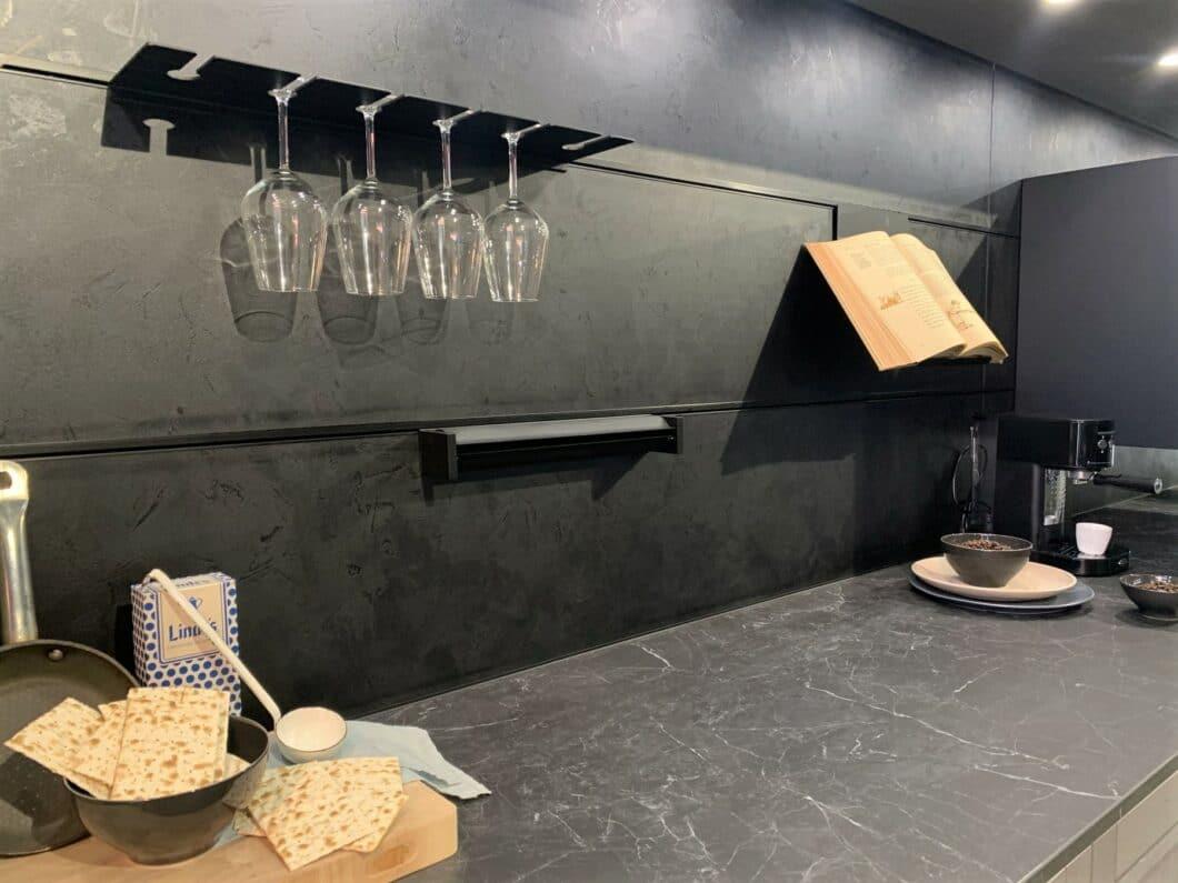 Die Nischenrückwand als intelligenter Platzhalter: Hersteller Rotpunkt bietet eigene Stahlbeschläge zur funktionalen Nutzung an. (Foto: Küchen&Design Magazin)