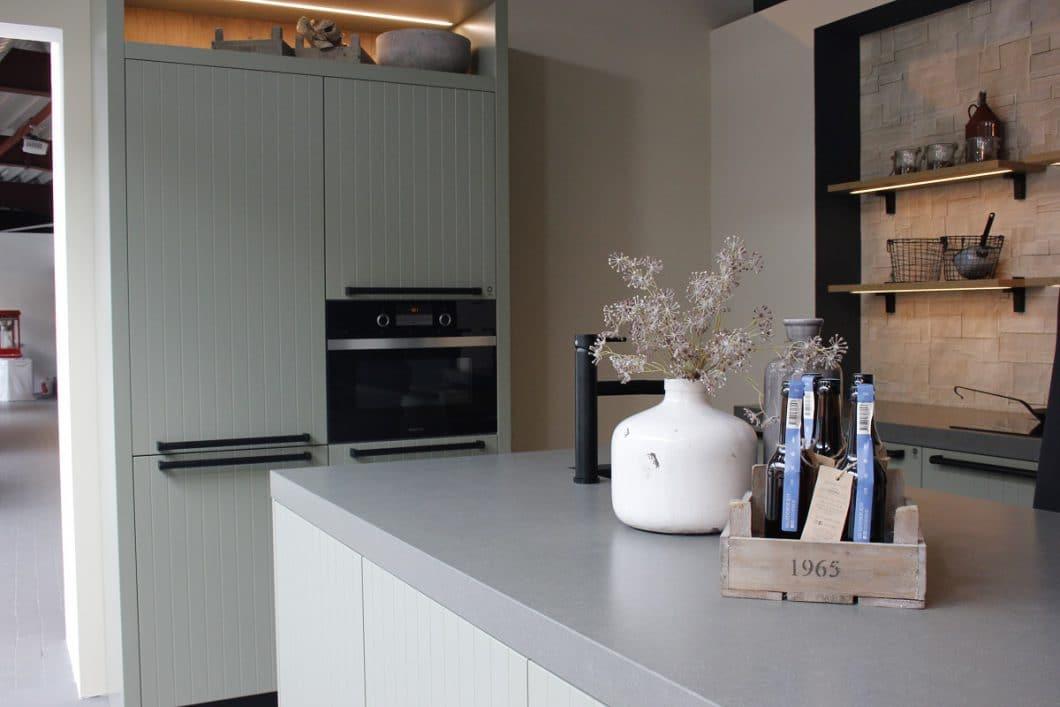 """Rotpunkt präsentierte auf der Küchenmeile A30, wo das Unternehmen auch seinen Sitz hat, viele neue Farben und Materialien. Mit dem Modell """"Tundra"""" will man die starke Nachfrage nach skandinavischen Küchen berücksichtigen. (Foto: Scheffer)"""