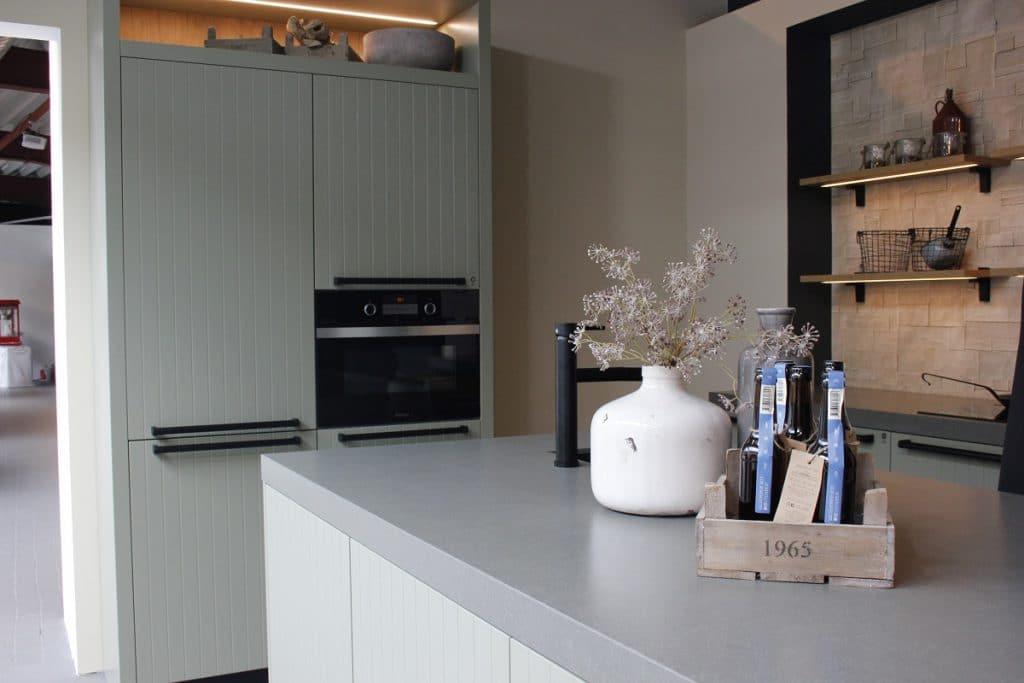 Die Küche 2018 wird sich an minimalistischem Design, hochfunktionaler Technik, nachhaltigen Holz- und Lebensmittelstandards sowie gourmethaften Genüssen orientieren. Ein Clash ist vorprogrammiert - wir sind gespannt, wie sich diese Trends für 2018 in der Küche vereinen lassen. (Foto: Scheffer; Rotpunkt)