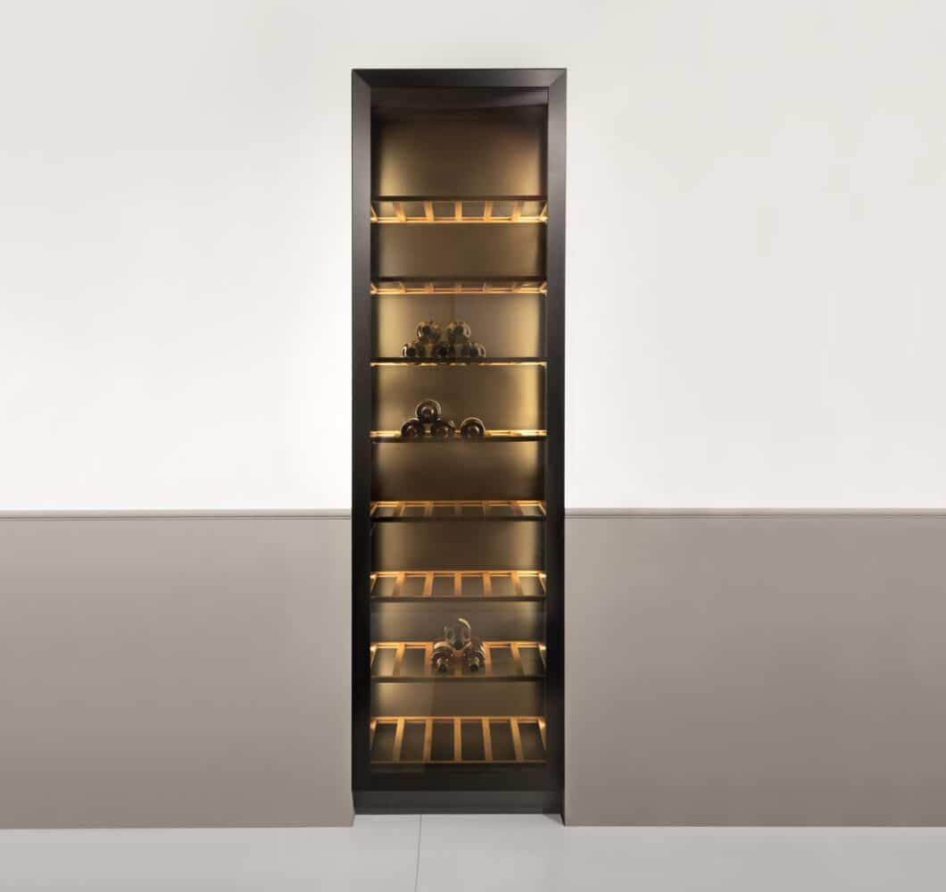 Holz- und Glasfronten bis zu 234 Zentimeter Höhe schaffen Möglichkeiten, Küchenmöbel gleichermaßen als Wohnmöbel zu planen. (Foto: Rotpunkt)