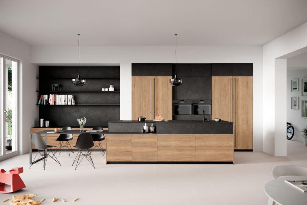 Mit 19 Millimeter schmalen Rückwände lassen sich Wände auch außerhalb des Küchenbereichs verkleiden: wie in dieser Wohnküche, die durch das Gestaltungselement einen optischen Übergang erfährt. (Foto: Rotpunkt)