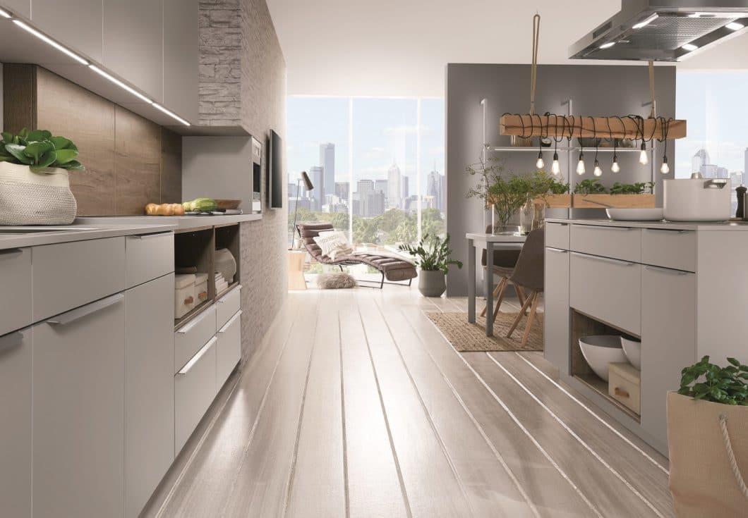 Das Unternehmen weist, firmengeschichtlich bedingt, traditionelle Züge im Marketing auf. Wer aber einen Blick auf die Kollektion 2019/20 wirft, sieht, dass die Küchen mit hochmodernen Trends interagieren. (Foto: nobilia)