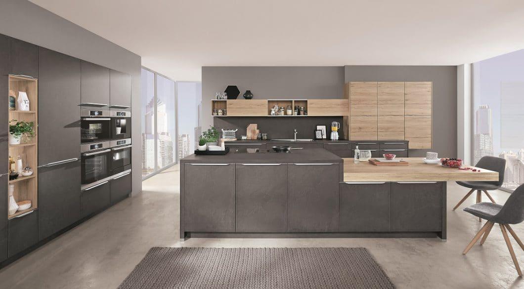 Passend zum Steindekor in der Küche lassen sich Holz oder kupferfarbene Töne brillant kombinieren - daraus ergibt sich der Top-Trend Industrial Style. (Foto: nobilia)