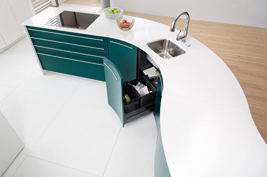 """Runde Küchen können bisweilen interessante Formen in der Küche annehmen. Wer Individualität sucht, sollte also """"um die Ecke denken"""". (Foto: SCHMIDT Küchen)"""
