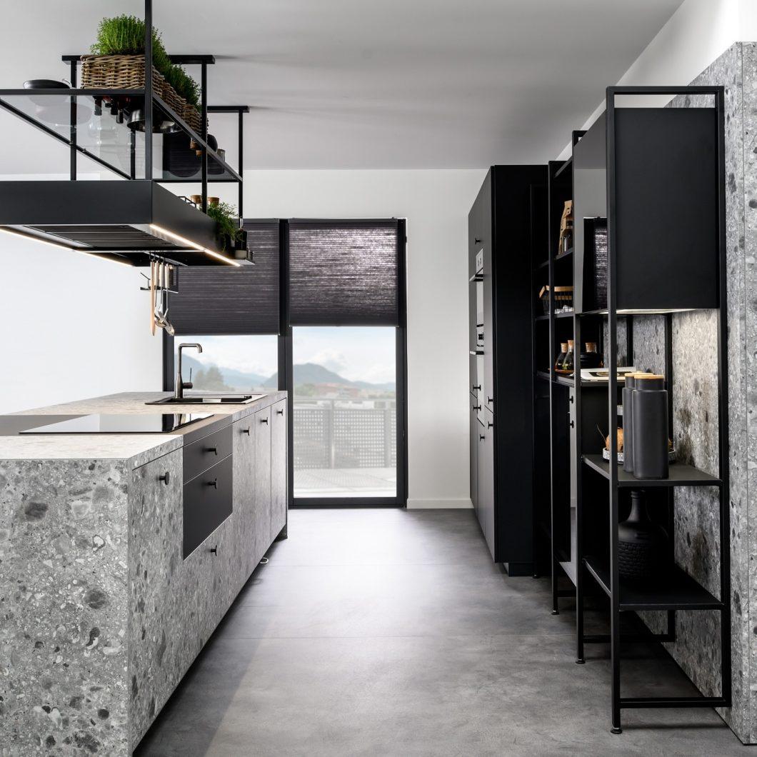 Eine beeindruckende Auswahl verschiedener Küchenstile, -farben und -materialien bietet jedes SCHMIDT-Studio an. Die Mitarbeiter werden hierfür über mehrere Jahre speziell geschult - sowohl im Verkauf als auch der Montage. (Foto: SCHMIDT Küchen)
