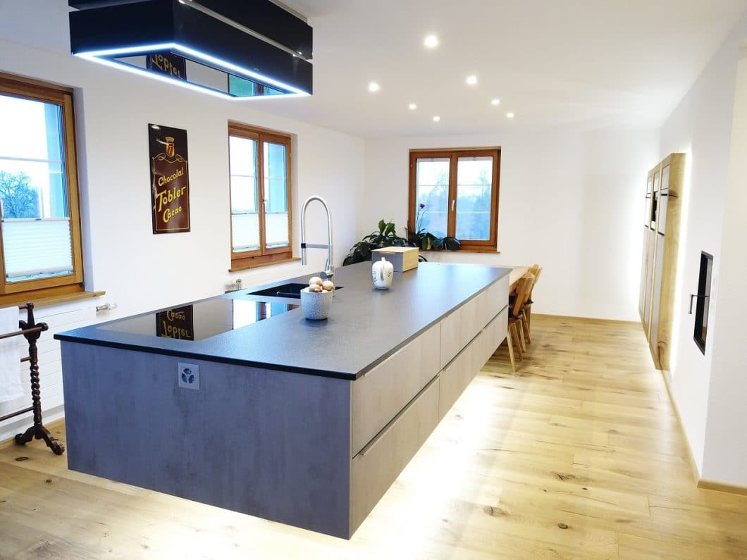Mit einer beeindruckenden Lichtplanung kann die schwebende Konstruktion der Skywalk Kitchen noch imposanter in Szene gesetzt werden. (Foto: Skywalk)