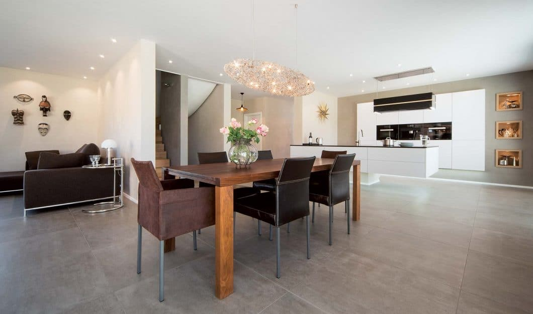 Dank der Skywalk Kitchen können große und schwere Küchenblöcke leicht und filigran im Raum verankert werden. Auch kleinere Küchenräume profitieren von diesem Element - es kann zu jeder Küchenmarke und jedem Küchenraum kombiniert werden. (Foto: Olaf Jäger)