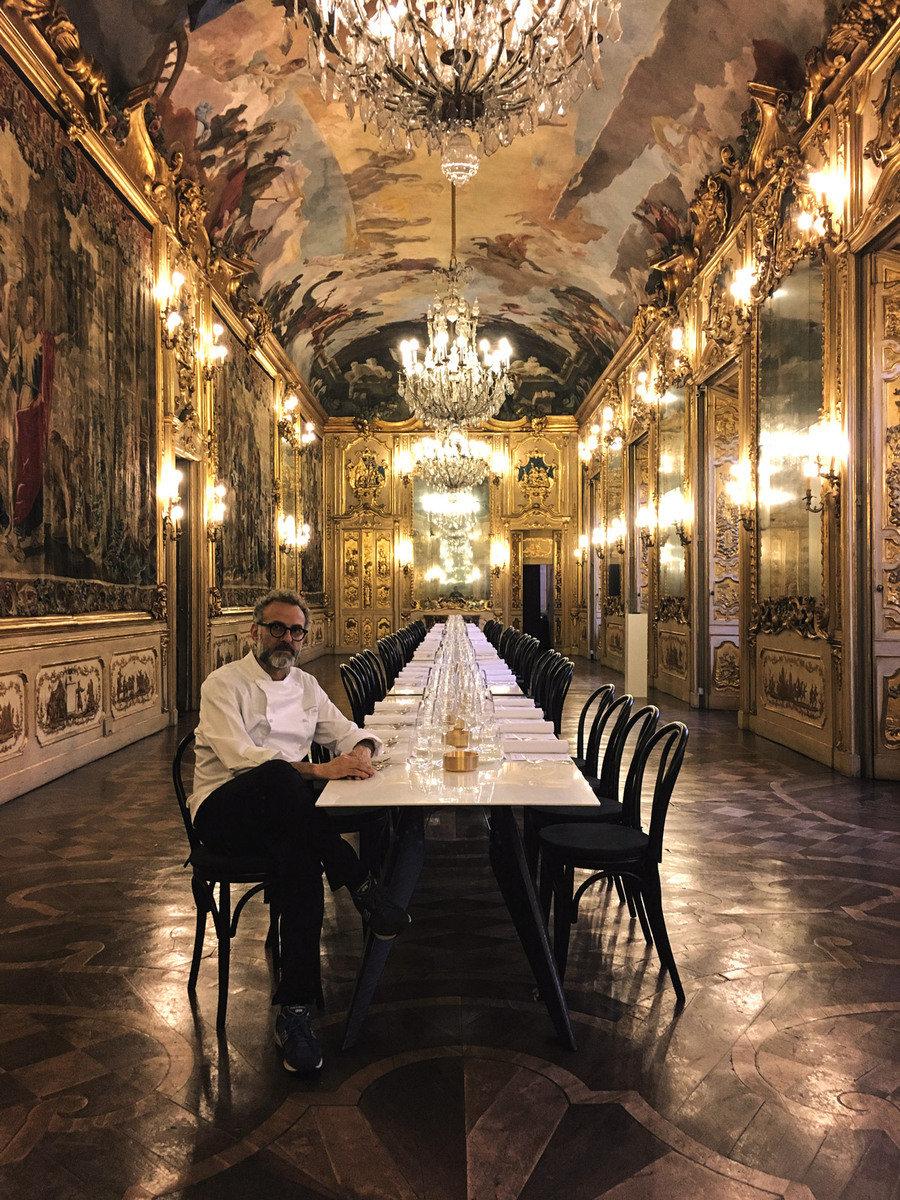 Ein prominentes Gesicht als Partner des SmartSlab Tables: Massimo Bottura, vielfach preisgekrönter Starkoch, servierte 2016 auf den Tischen ein Mehrgänge-Menü. (Foto: Weisshaar/Kram for SapienStone)