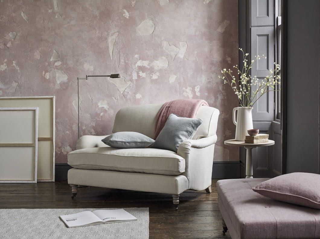 """Perfekt passend zum eleganten britischen Stil ist auch die zweite Neuheit von Neptune: Der viktorianische Zweisitzer """"Olivia Loveseat"""", der sich harmonisch in die offene Wohnküche einfügt. (Foto: Neptune)"""
