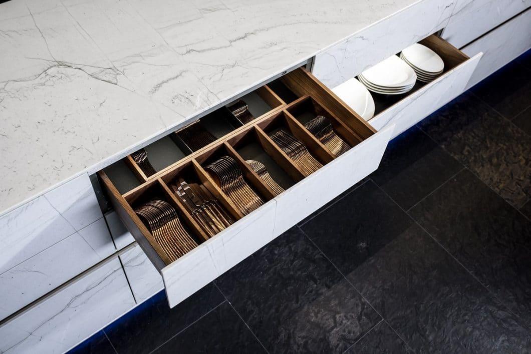 Der Grundkorpus der ST-ONE ist in Massivholz gefertigt. Auch im Innenleben der Schubladen und Auszüge können Kunden zwischen Eiche hell, dunkel und Nussbaum wählen. (Foto: STRASSER Steine)