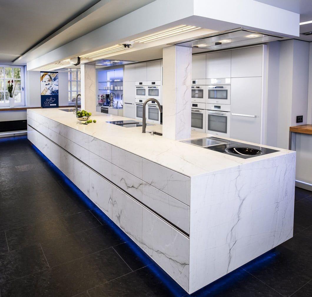 Beeindruckende sieben Meter misst die ST-ONE Natursteinkücheninsel, die - auch als Vorführobjekt für Privatleute - nun in Johann Lafers Kochschule eingebaut wurde. (Foto: STRASSER Steine)