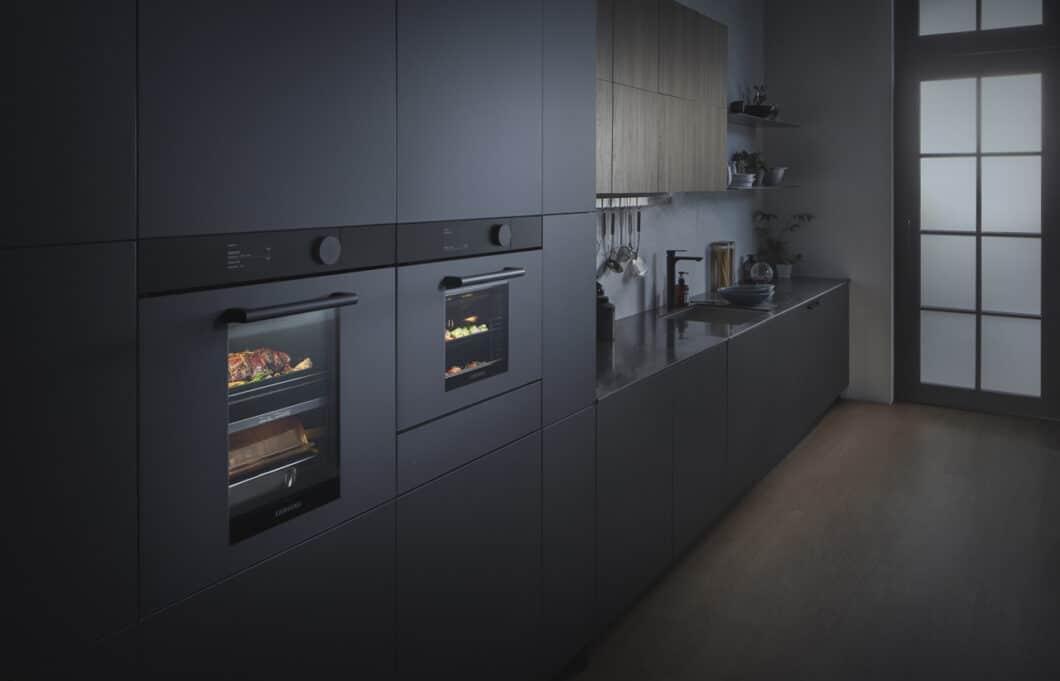 Faszinierend auf den ersten Blick: das verheißungsvolle mattschwarze Design der neuen Samsung Infinite Line passt sich perfekt dem modernen Küchentrend der dunklen Fronten an. (Foto: Samsung)