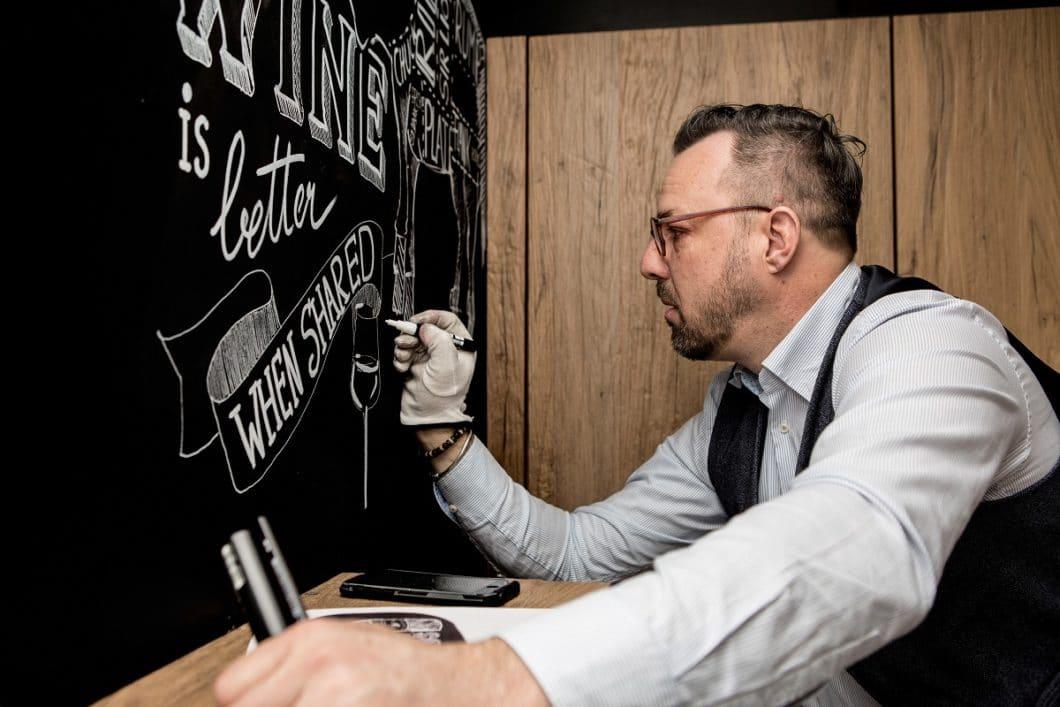 """Mit einer Lacktafel als Küchenwand kann man selbst kreativ werden - und bei Bedarf den Küchenhintergrund auch öfter mal """"ändern"""". Zeitgleich dient der Lack als Spritzschutz beim Spülen und Arbeiten. (Foto: küchenART München)"""