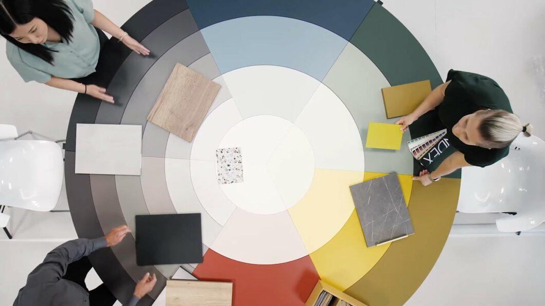 Gemeinsam mit anderen Experten hat Schüllers Produktdesignerin Mai Mergili das neue Farbkonzept für 2021 erarbeitet. (Foto: Schüller)