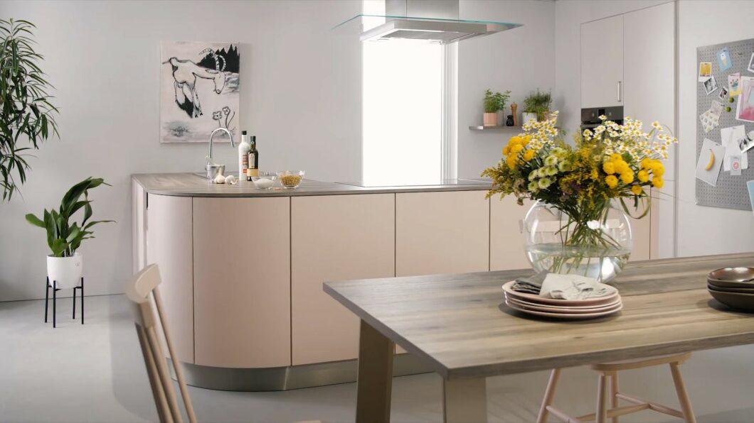 Auch dem vorherrschenden Konzept der modernen Küche - puristische Oberflächen in wohnlicher Ausführung - trägt das neue Colour Concept 2021 Rechnung. Die Farbtöne können besser kombiniert werden. (Foto: Schüller)