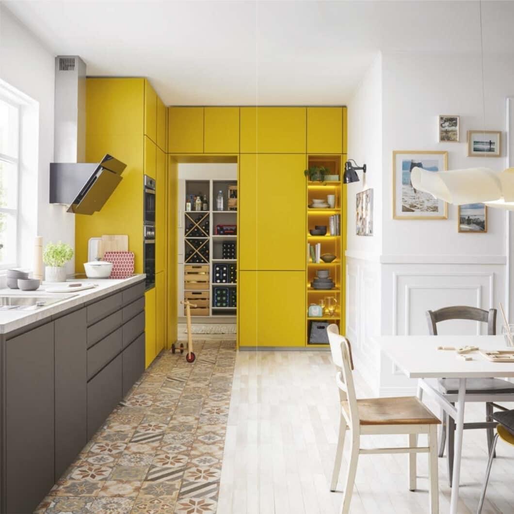 """Laut, bunt, fröhlich: Schüller Küchen stand mit seinem bisherigen """"Colour Concept"""" immer für farbenfrohe Familienküchen. Für Lackküchen standen rund 30 Farben zur Auswahl. (Foto: Schüller)"""