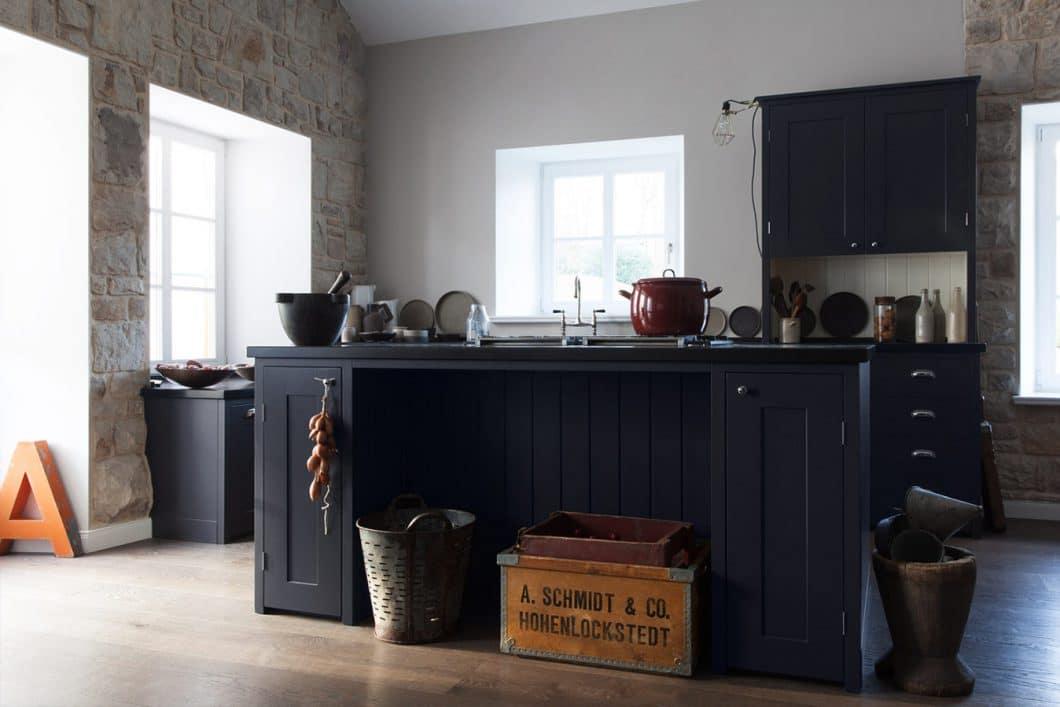 Shaker-Küchen sind i.d.R. aus hochwertigem Massivholz gebaut. Die Arbeitsplatte bei diesem Modell besteht aus Belgischem Blaustein. (Küche: woodworker; für Schwarzbach/Düsseldorf)