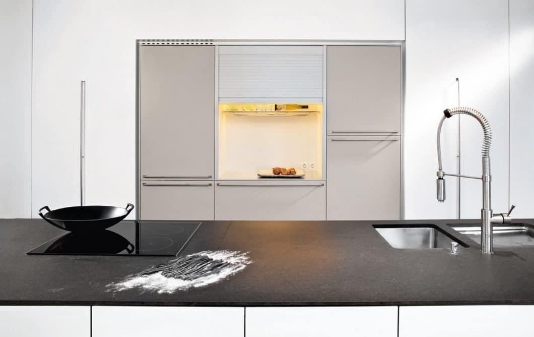 Kleine Küchen planen zu lassen, ist eine Kunst. Ein anspruchsvolles Studio kann aus einer unbedeutenden Küchenzeile viel Ästhetik und Stauraum herausholen. (Foto: Dross & Schaffer München Ost)