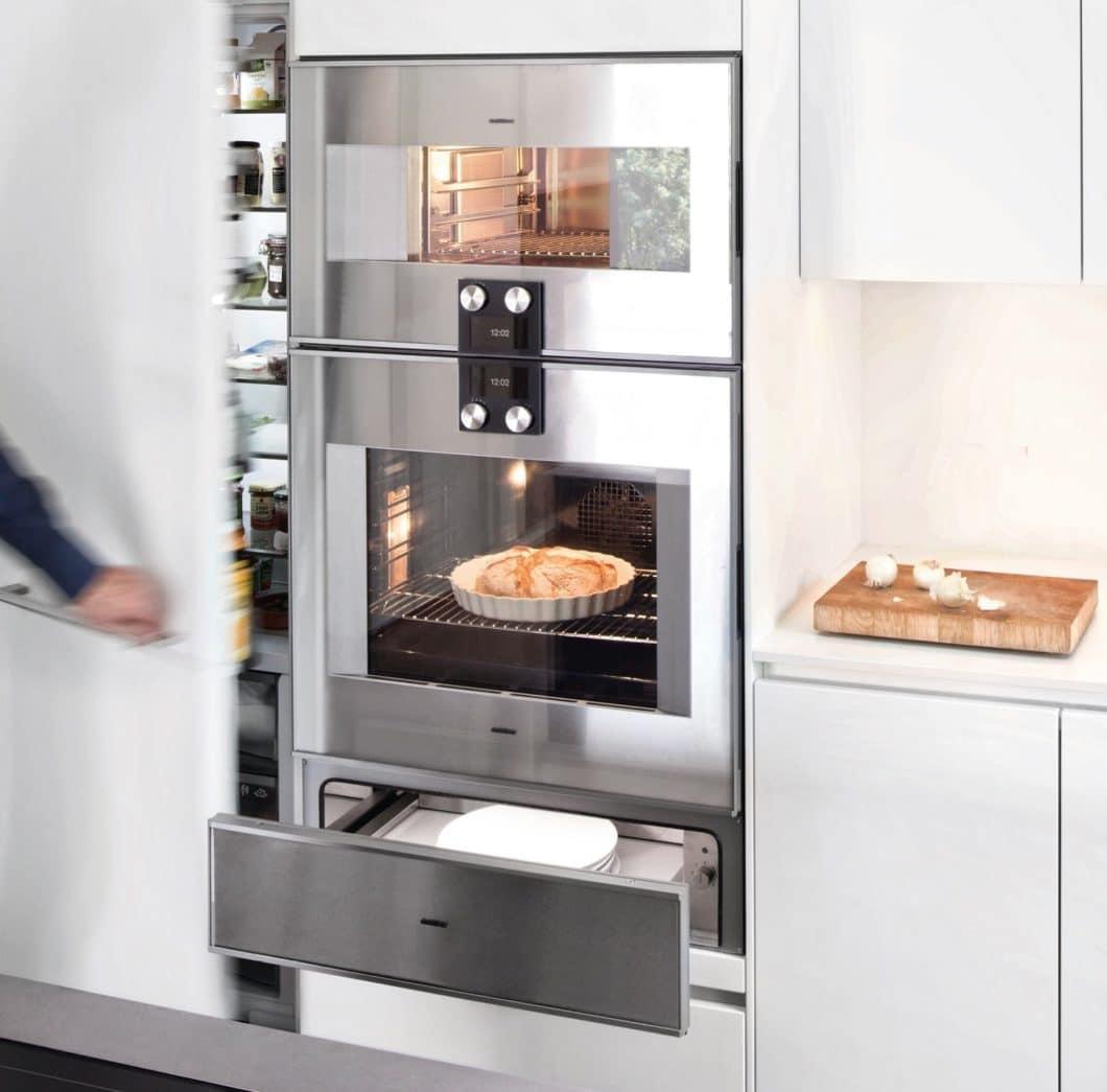 """Stellen Sie sich Ihre perfekte Küche zusammen nach Ihren Wünschen. Mit einem extragroßen Vorratsschrank, Geräten auf Brusthöhe, gedämpftem Licht. Das gibt es nicht immer beim gleichen Hersteller. Aber alles im Studio vor Ort bei der Planung nach """"selektionD-Prinzip"""". (Foto: selektionD)"""