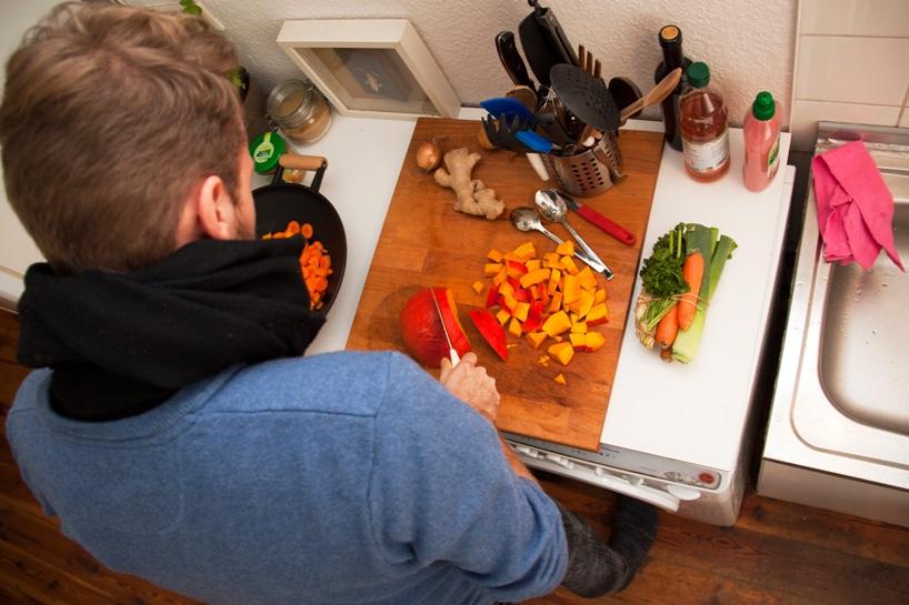 Wie Dirk Biotto und sein Team die Anforderungen älterer oder eingeschränkter Menschen an ihre Küche getestet haben? Natürlich im Selbstversuch. Hier beim Schneiden mit nur einem Arm... (Foto: Dirk Biotto, designboom.com)