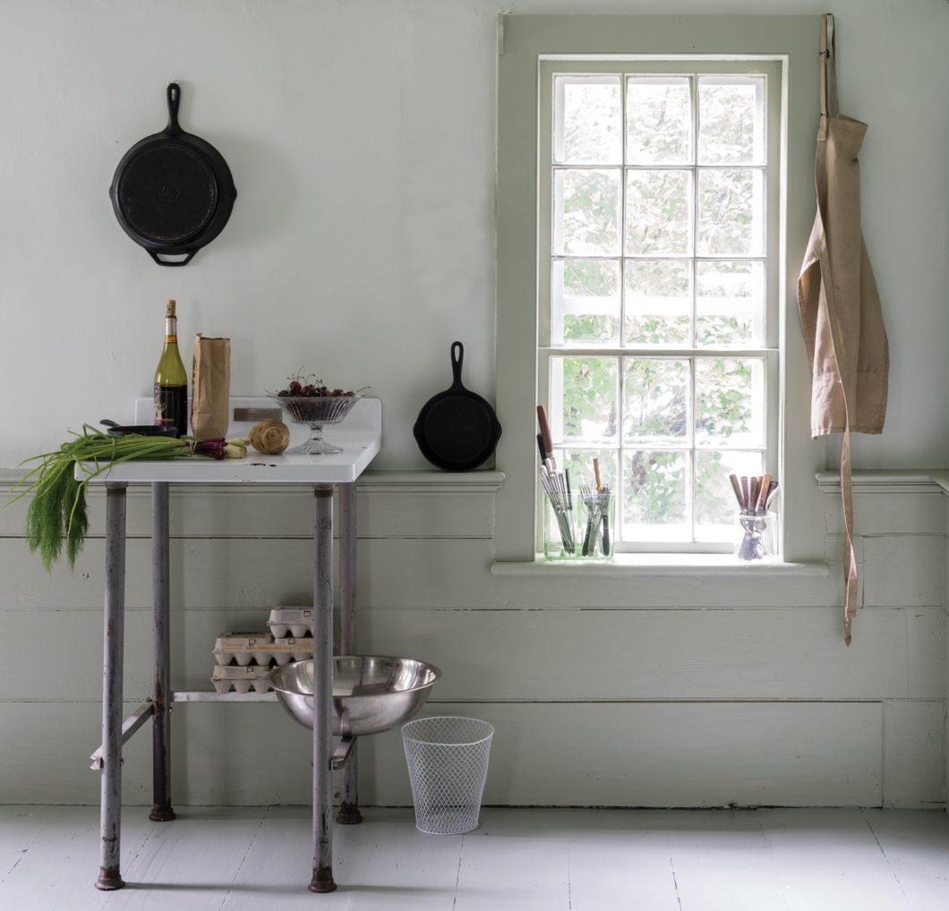 """Kaum wahrnehmbar setzt sich das """"Shadow White"""" dezent vom andersfarbigen Küchenboden sowie den Fensterstreben ab. Auch mit verschiedenen Schattierungen von Weiß lassen sich tolle Effekte erzielen. (Foto: Farrow & Ball)"""