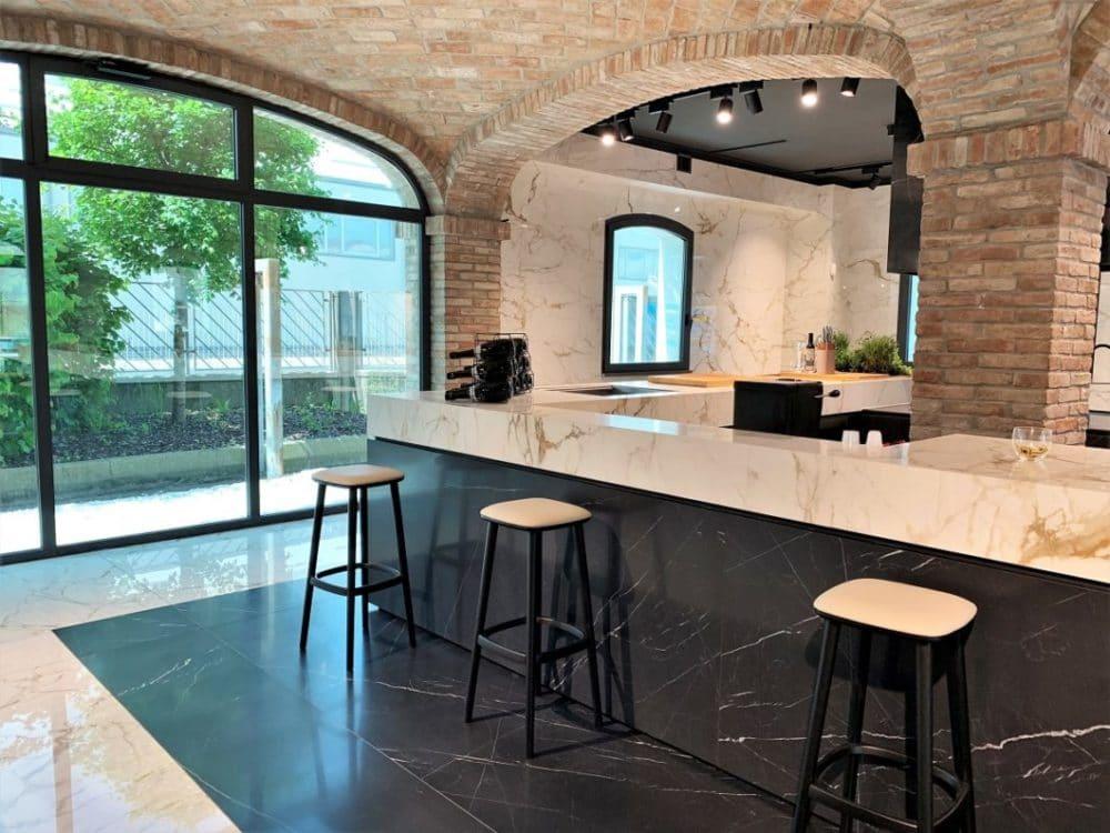 Italienische Eleganz, wohin das Auge blickt: die Showräume der Iris Ceramica Group - hier im Haus von SapienStone - sind mit Keramikfliesen für Wände, Böden und Küchenobjekte ausgestattet. (Foto: Susanne Scheffer / KüchenDesignMagazin)