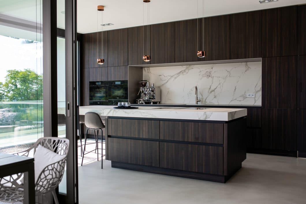 """Puristische Eleganz hat nun ein Gesicht: mit diesem überaus ästhetischen Küchenraum aus dunklem Holz und Quarzit gewann ein deutsches Studio den """"Best of PURE""""-Award. (Foto: SieMatic)"""