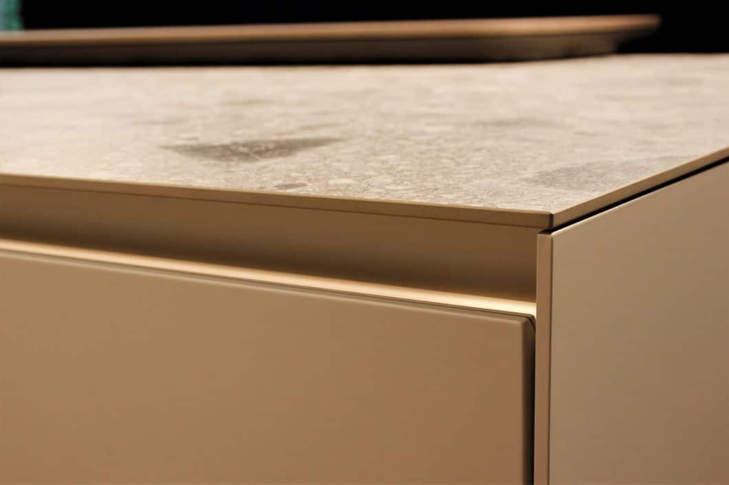 SieMatic produziert hauchdünne Ceramic-Platten, die den an sich massiven Korpus aufgrund ihrer feinen Verarbeitung elegant und grazil erscheinen lassen. (Foto: Susanne Scheffer)