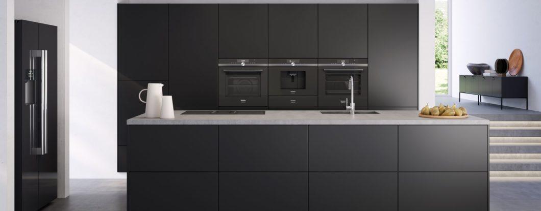 """Das Geräteensemble der """"studioLine"""" lässt sich zu einer eindrucksvollen Front im Zentrum der Küchenzeile vereinen. (Foto: Siemens Hausgeräte)"""