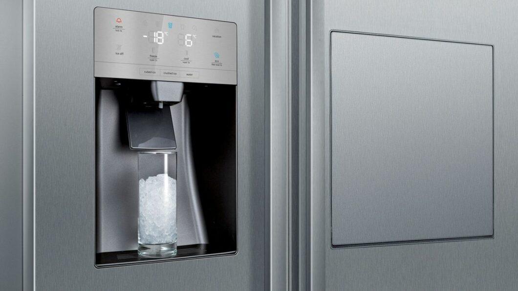 ... überzeugt das Gerät auch mit einer ausklappbaren Mini-Bar (rechts) und einem integrierten Eiswürfel- und Crushed Ice-Spender. (Foto: Siemens Hausgeräte)