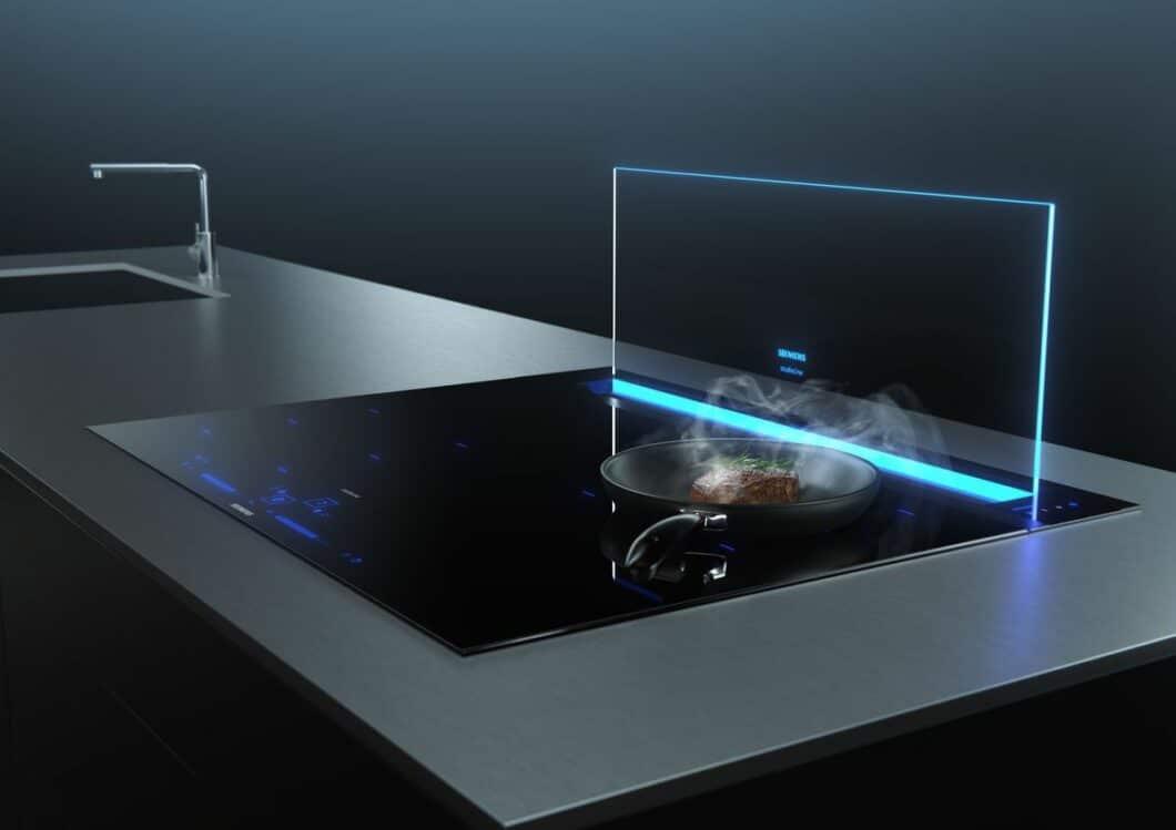 Ein weiteres Highlight der Geräte-Neuheiten von Siemens 2021 ist der illuminierte Tischlüfter glassdraftAir, der sich in 256 Farbnuancen beleuchten lässt und als Kochfeldabzug fungiert. (Foto: Siemens Hausgeräte)