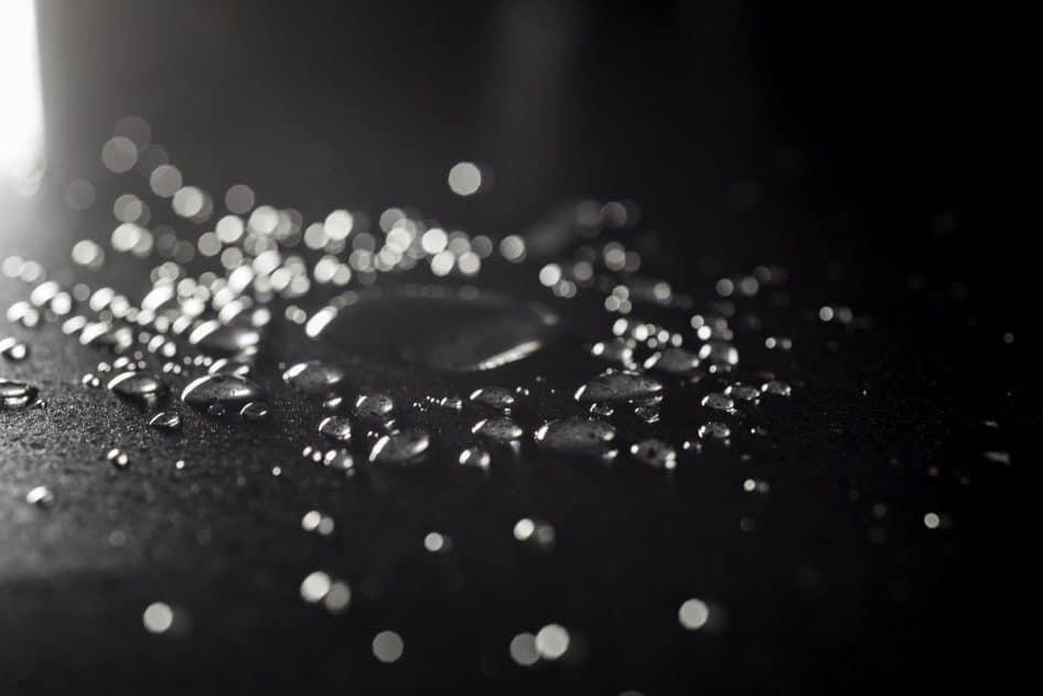 Die Oberfläche der neuen Silestone-Arbeitsplatten ist dank der N-Boost-Technologie geradezu hydrophob - also abweisend gegenüber allen Arten von Flüssigkeiten. (Foto: Silestone/Cosentino)