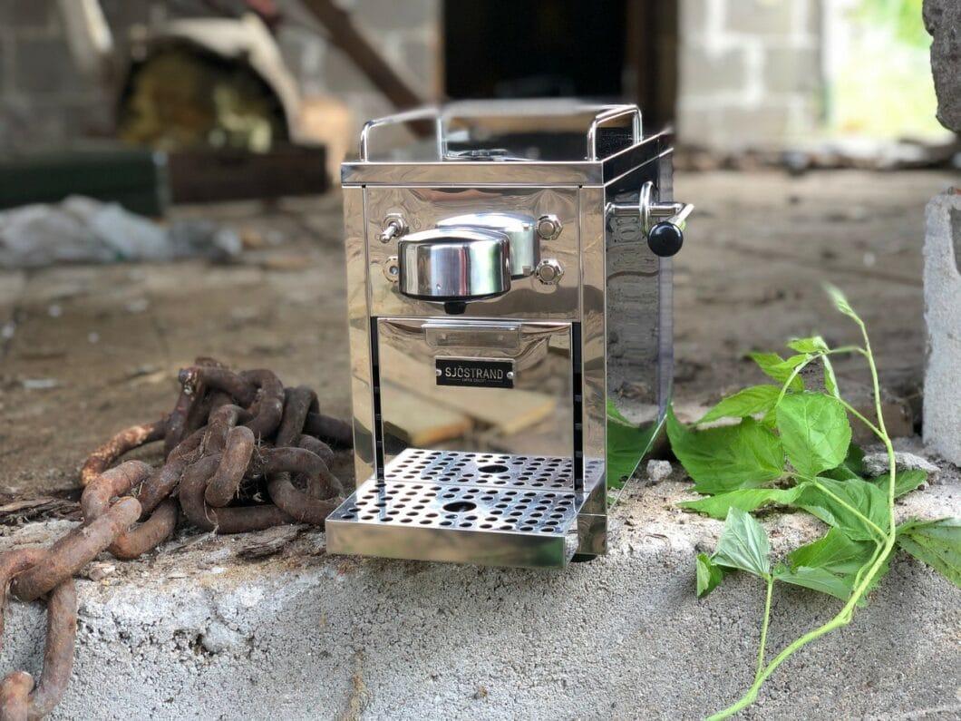 Die charmante Kombination aus angedeuteter, italienischer Siebträgermaschine und minimalistischem, schwedischem Design macht die Sjöstrand Espresso-Maschine zu einem zeitlosen Kultobjekt in der Küche. (Foto: Sjöstrand)