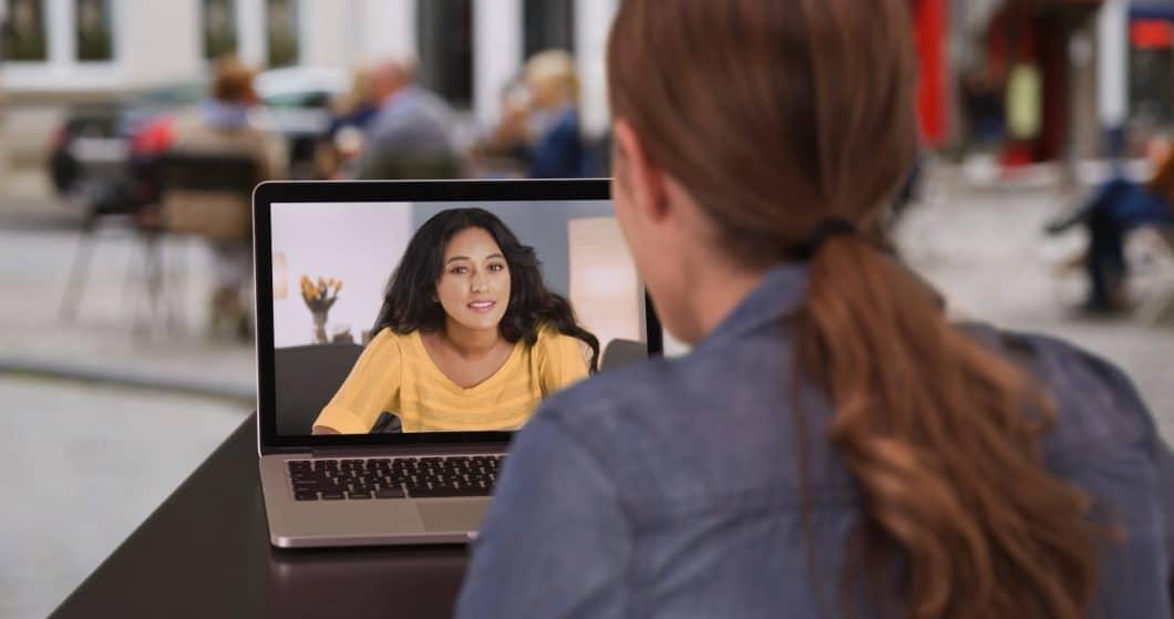 """Gemeinsam einsam: in Zeiten des """"Social Distancing"""" wird die digitale Kommunikation mit Freunden und Dienstleistern umso wichtiger. (Foto: adobe stock/ rocketclips)"""