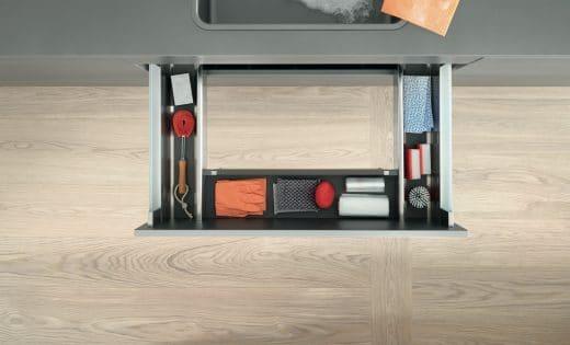 Küchenschubladen unterhalb der Spüle galten bislang als nicht nutzbar. Die Spül-Schublade in U-Form zeigt allerdings: Dieser Platz kann ziemlich clever genutzt werden! (Foto: Blum)