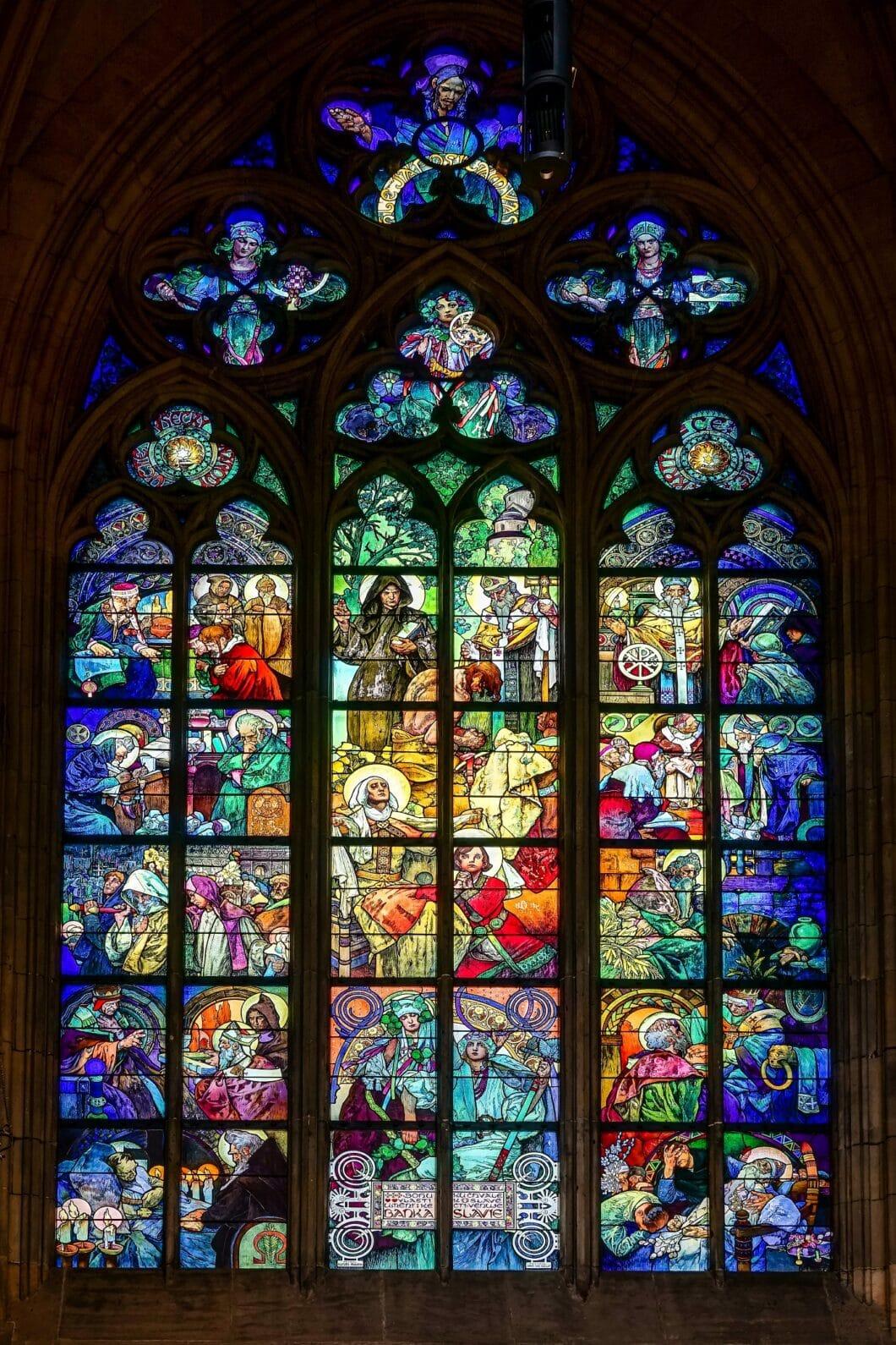 Das beeindruckende Gesamtbild, das Alphonse Mucha in der St. Vitus-Kathedrale in Prag erschaffen hat. Erkennen Sie den winzigen Ausschnitt, den das Küchen&Design Magazin Print daraus beansprucht? (Foto: stock)