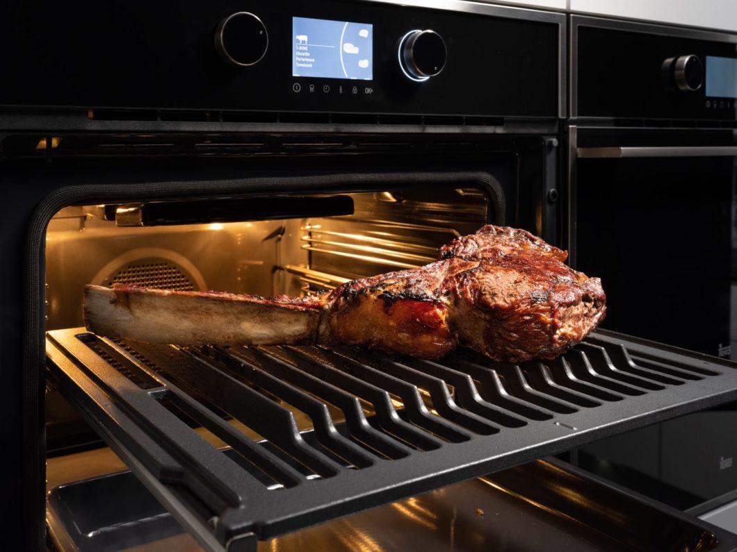 Das gusseiserne Grillrost ermöglicht es, mehrere Fleischstücke oder extragroße Cuts gleichzeitig zuzubereiten. (Foto: SteakMaster)