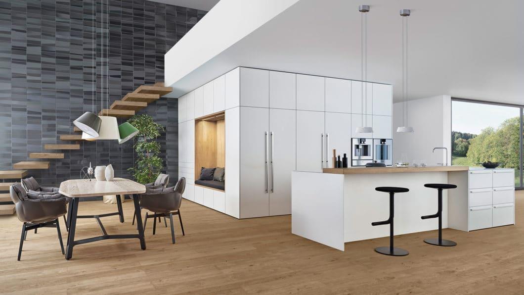 Nicht jedes attraktiv gestaltete Herstellerfoto kann die Erwartungen eines Kunden an seinen eigenen Küchenraum erfüllen. (Foto: LEICHT)