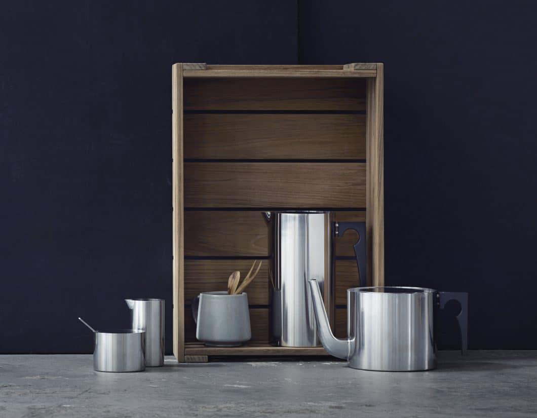 Die Thermoskanne und die Teekanne haben ihrerseits Bekanntheit erlangt - hier in klassischem Edelstahl. (Foto: Stelton)