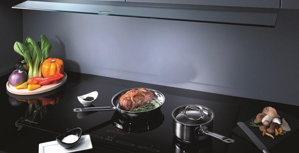 Pfanne, Wok, Teppan Yaki Grill: Die Induktionskochfelder von V-ZUG können nach eigenen Kochvorlieben individuell zusammengesetzt werden. (Foto: V-ZUG)