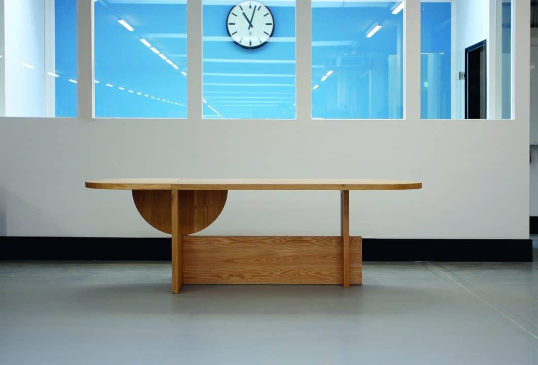 Der harmonische Halbkreis wird um 90° gedreht und dient als funktionale Ablagestütze des zusätzlichen Tischteils. (Foto: TECTA)