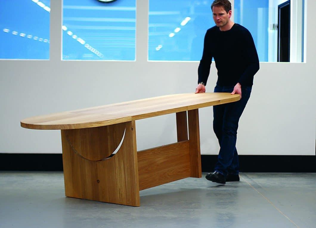 Dank seiner versteckten, kugelgelagerten Rollen lässt sich der Tisch LOT auch von einer einzelnen Person problemlos durch den Raum transportieren. (Foto: TECTA)