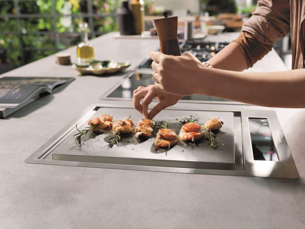 Teppan Yaki, Wok-Feld, Wärmeschublade: Die Einbaugeräte von KitchenAid sind nicht nur optisch ansprechend, sondern können auch individuell nach Kochbedarf zusammengestellt werden. (Foto: KitchenAid)