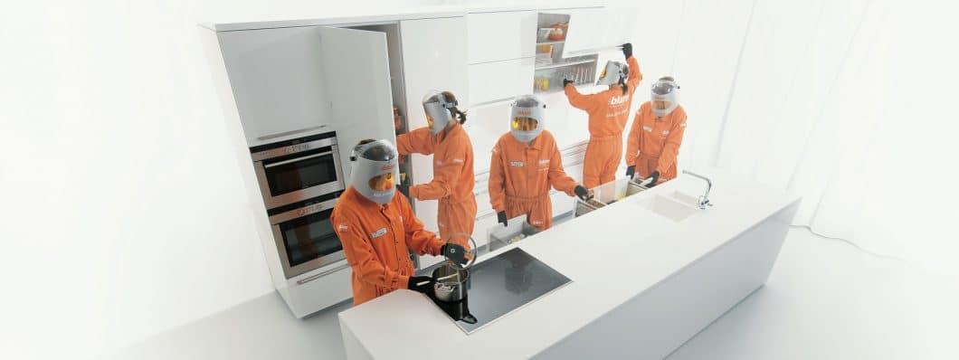 """Mit dem """"Age Explorer""""-Anzug testen Mitarbeiter jede Bewegung in der Küche auf ihre Bequemlichkeit im hohen Alter oder bei Beeinträchtigungen. Das Produkt soll den Menschen hierbei aktiv unterstützen. (Foto: Blum)"""