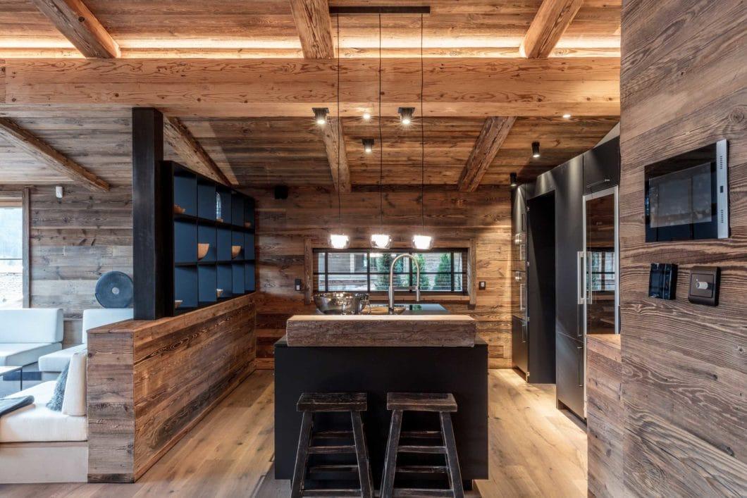 Die exklusive Küchenumgebung wird thematisch dem vorherrschenden alpinen Holzstil angepasst. Das eignet sich beispielsweise hervorragend für Ferien-Chalets. (Foto: The Kitchen Club by Reno4)