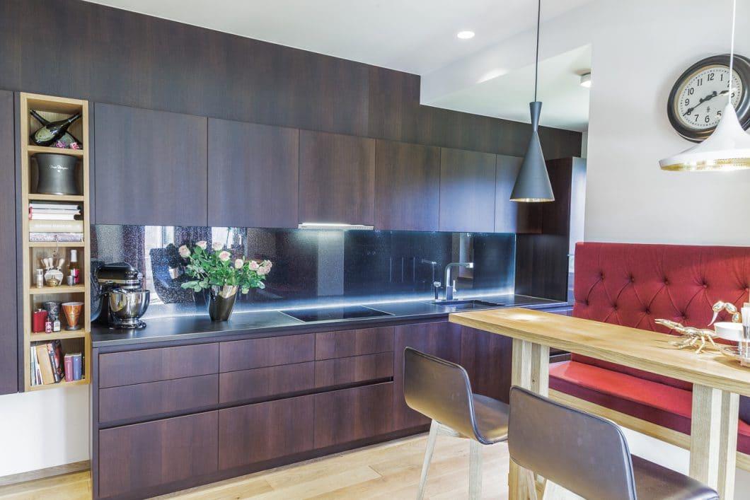 Tischlerküche, hochwertiges Nussholz, schwarze Steinarbeitsplatte