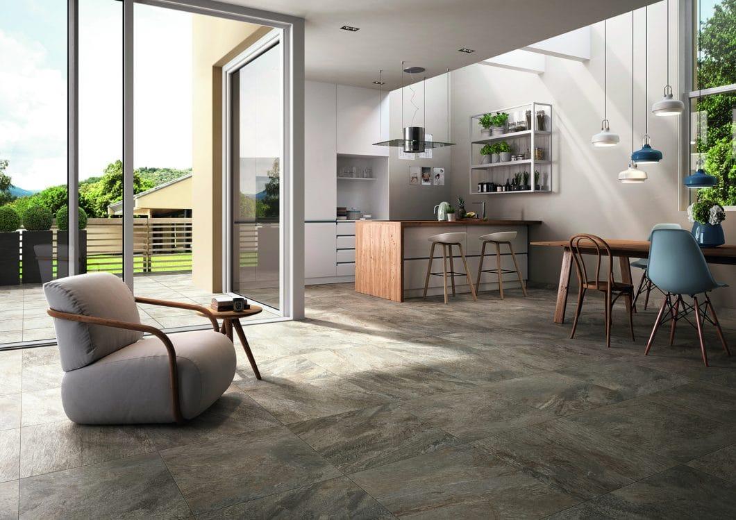 Anstelle eines kühlen Stein- oder eines fleckenanfälligen Holzbodens können robuste Keramikfliesen mit guten Wärmeeigenschaften und Rutschfestigkeit verbaut werden. (Foto: Villeroy & Boch)