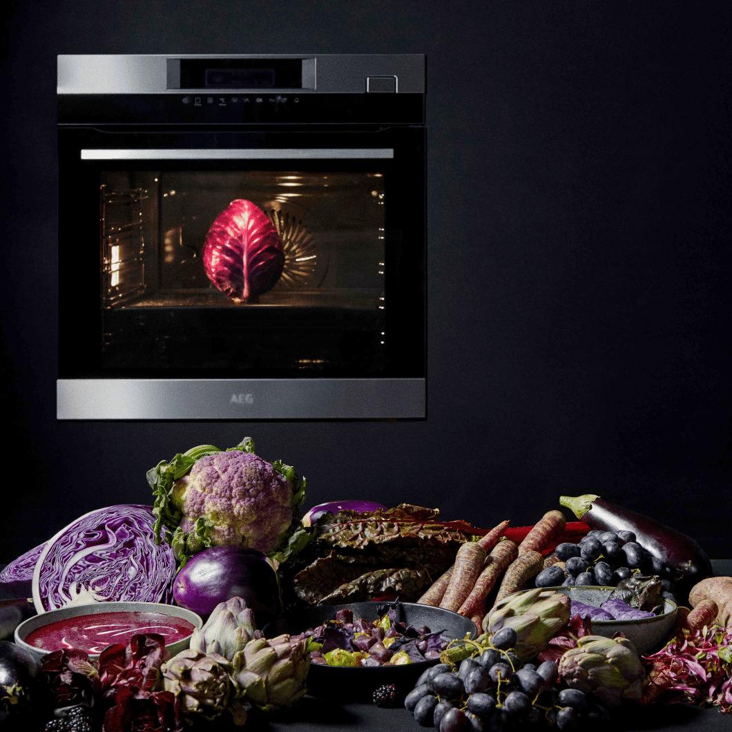 Die besten Bedingungen für Purple Food bietet AEGs SteamPro Backofen. Bei niedrigen Temperaturen kann überaus präzise gekocht werden und die Nährstoffe und wertvollen Antioxidans der violetten Gemüsesorten bleiben erhalten. (Foto: AEG)